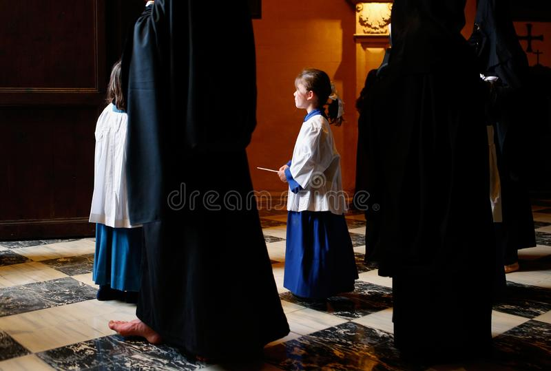 Muchacho de altar visto antes de una procesión de la semana santa de pascua en Mallorca imágenes de archivo libres de regalías