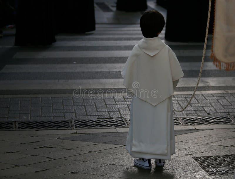 Muchacho de altar visto durante una procesión de la semana santa de pascua en Mallorca imagenes de archivo