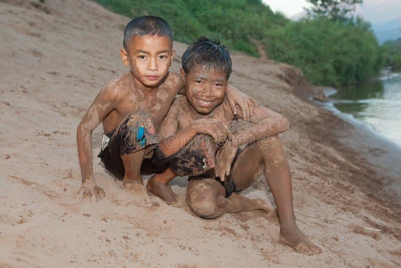 Muchacho de Asia con la arena en la cara imagen de archivo libre de regalías