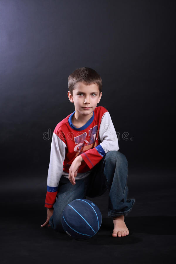 Muchacho de diez con una bola del baloncesto foto de archivo