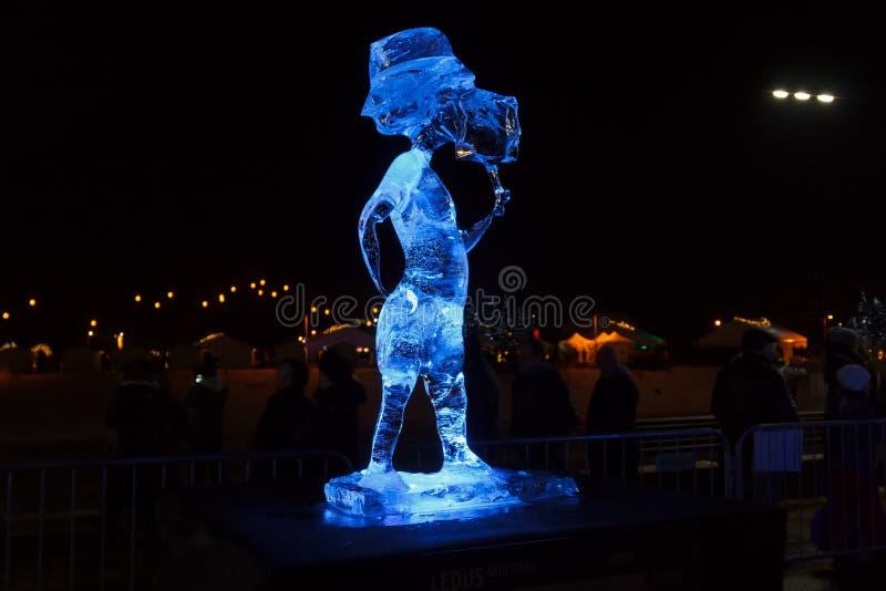 Muchacho de la escultura de hielo con helado en Jelgava, Letonia en el 9 de febrero de 2019 fotografía de archivo libre de regalías
