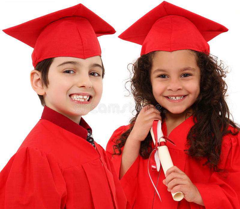 Muchacho de la graduación del jardín de la infancia y niño de la muchacha i imagenes de archivo