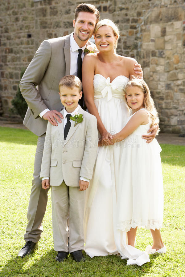 Muchacho de la página de With Bridesmaid And de novia y del novio en la boda fotografía de archivo libre de regalías