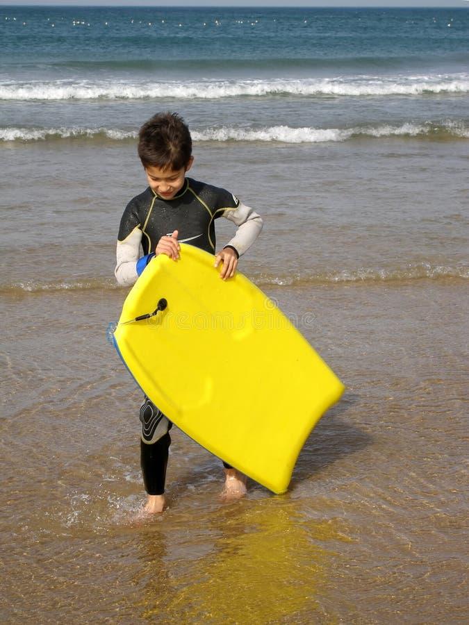 Muchacho de la persona que practica surf imagen de archivo