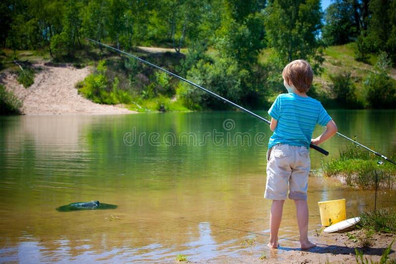Muchacho de la pesca foto de archivo libre de regalías