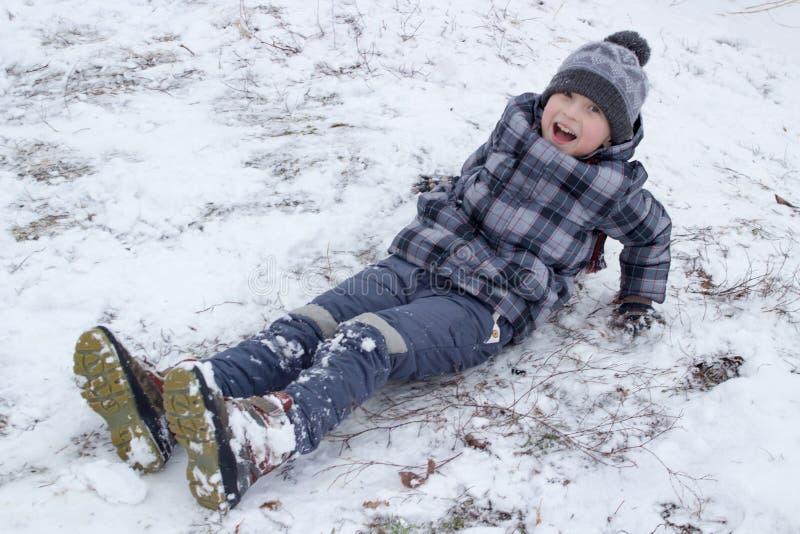Muchacho de risa en invierno foto de archivo libre de regalías