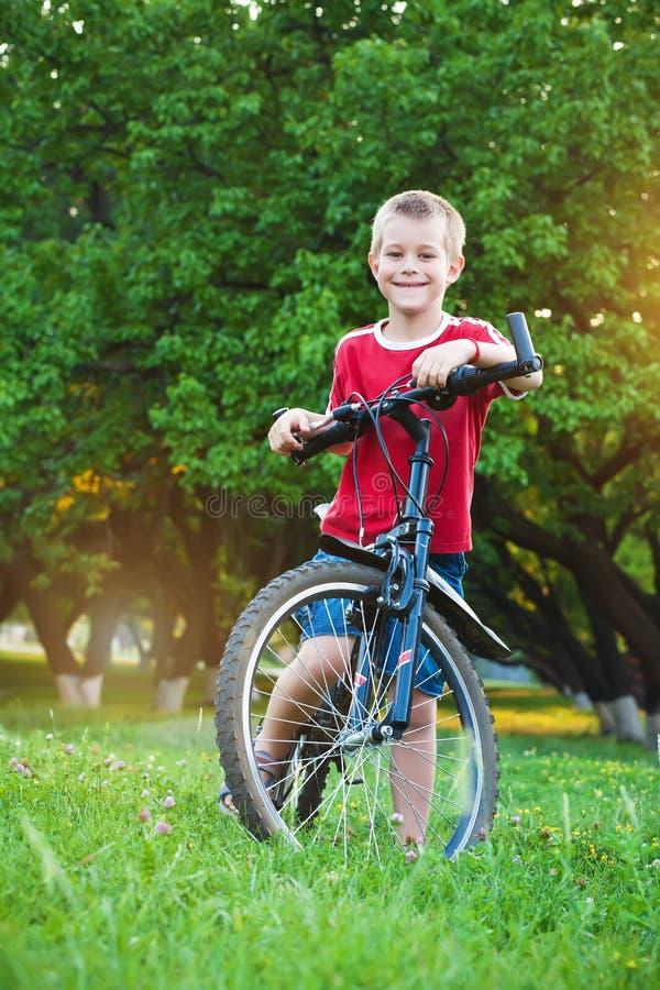 Muchacho de seis años que busca un camino para biking fotografía de archivo libre de regalías