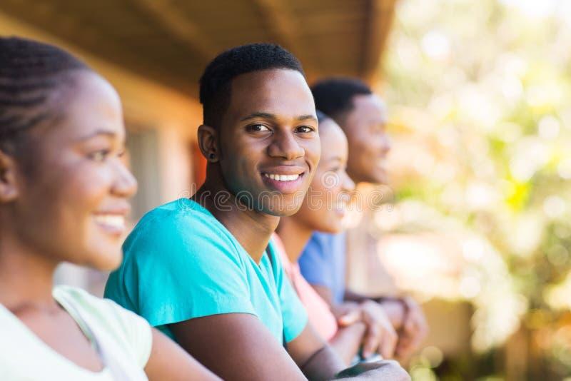 Muchacho de universidad con los amigos imagen de archivo libre de regalías