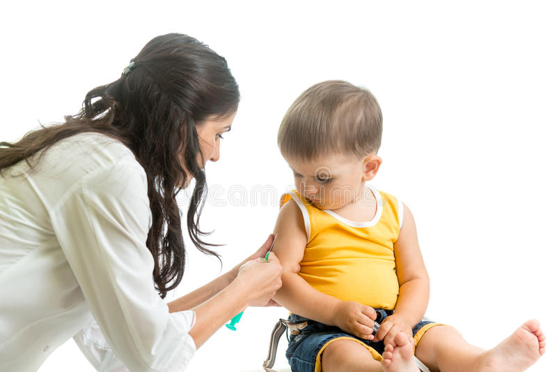 Muchacho de vacunación del niño del doctor aislado foto de archivo