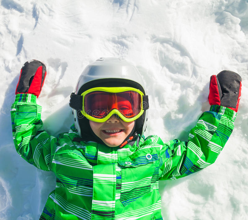 Muchacho del esquiador en la cuesta fotografía de archivo libre de regalías