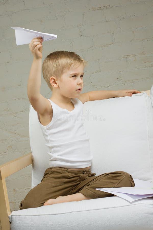 Muchacho del niño con el aeroplano fotografía de archivo libre de regalías