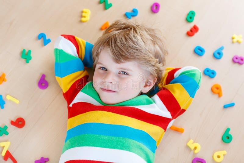 Muchacho del niño con los números coloridos, interiores fotos de archivo