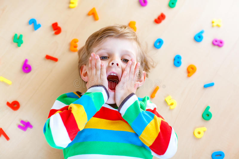 Muchacho del niño con los números coloridos, interiores imagen de archivo