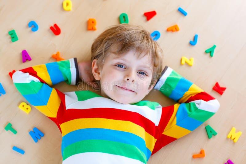 Muchacho del niño con los números coloridos, interiores fotografía de archivo