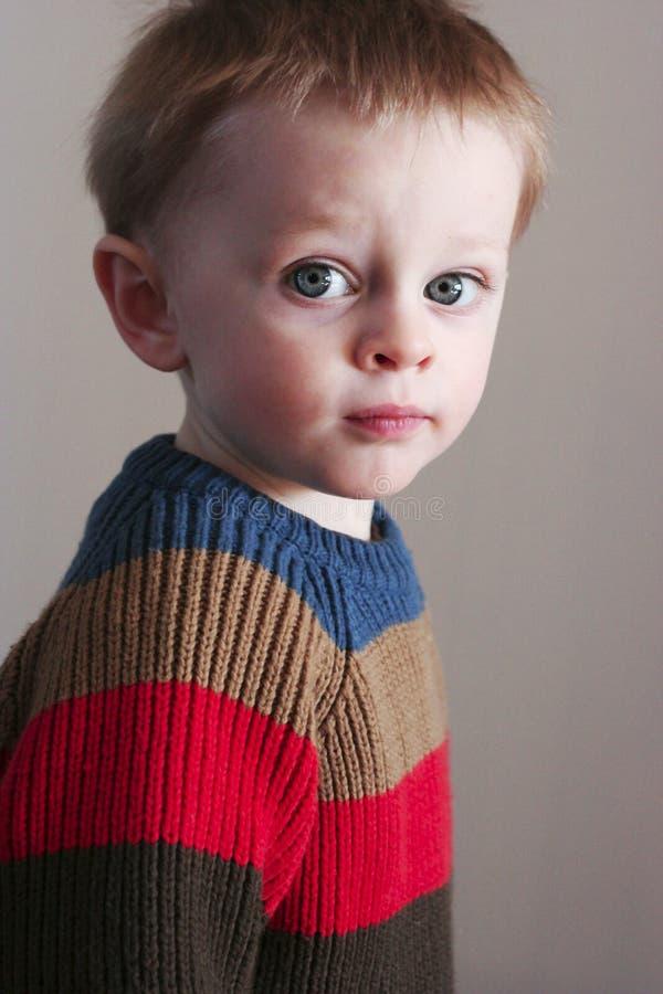 Muchacho del niño en suéter del rugbi imagenes de archivo