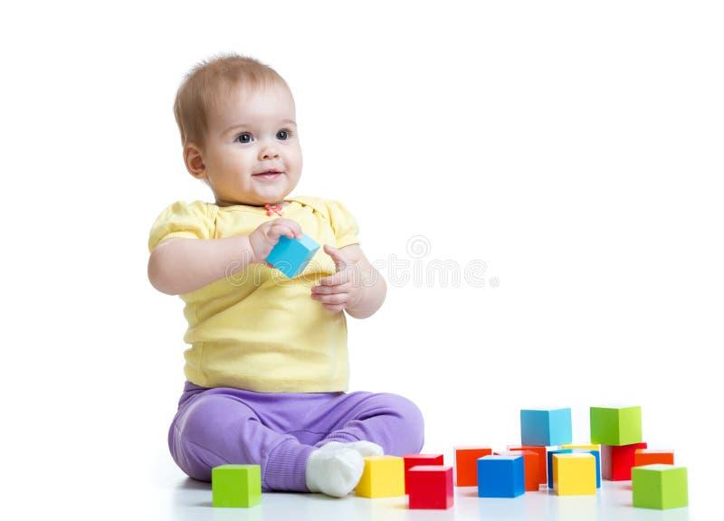 Muchacho del niño que juega los juguetes de madera fotografía de archivo
