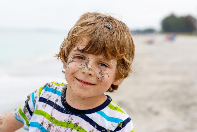 Muchacho del niño que se divierte en la playa tropical foto de archivo libre de regalías