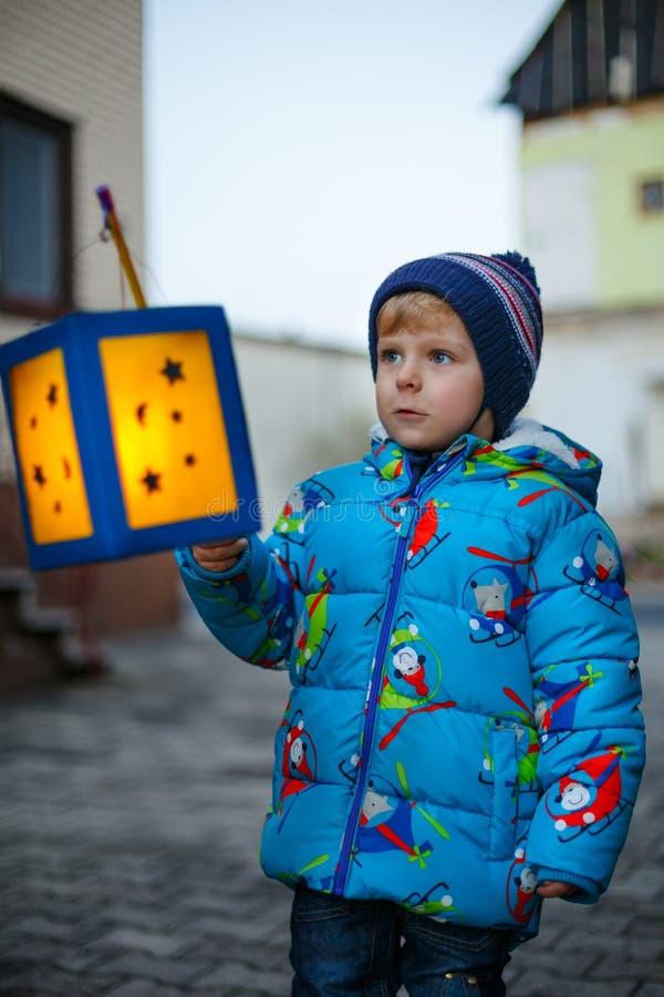 Muchacho del niño que sostiene las linternas selfmade para una procesión de Halloween o de San Martín Niño lindo sano hermoso fel fotos de archivo libres de regalías