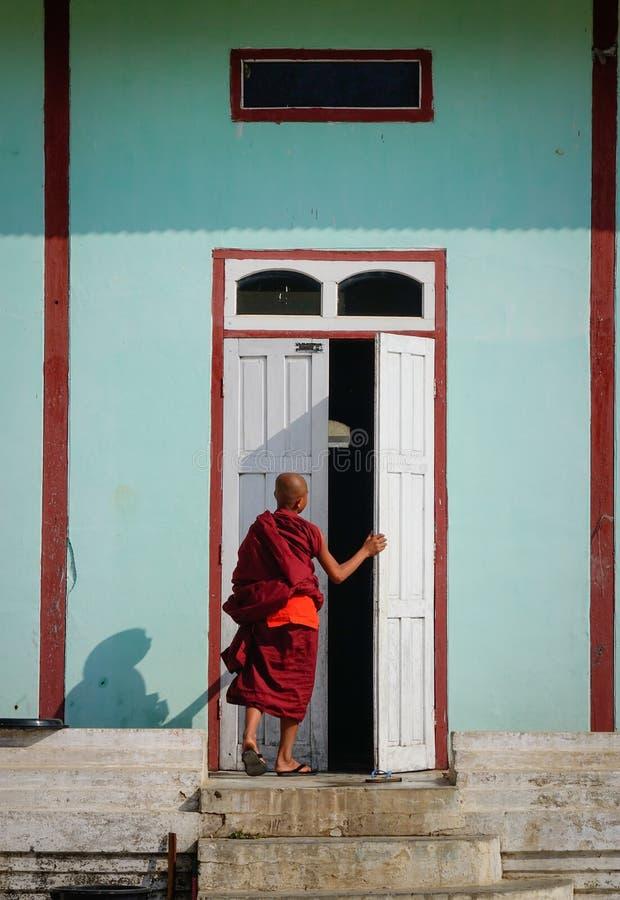 Muchacho del novato en un monasterio de madera en Myanmar fotos de archivo