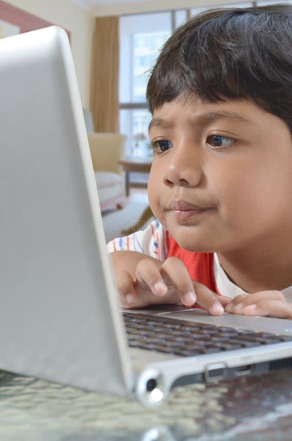 Muchacho del ordenador foto de archivo libre de regalías