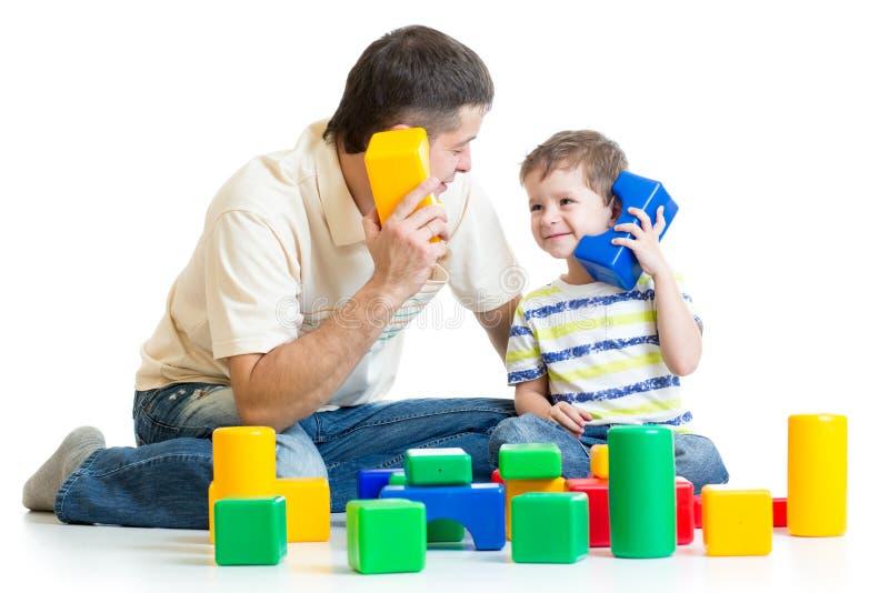 Muchacho del padre y del niño que actúa en papel junto imagen de archivo libre de regalías
