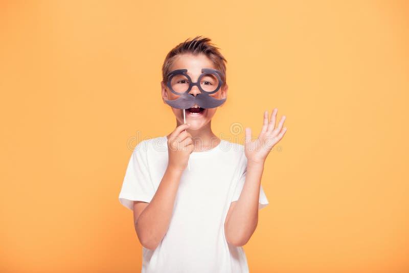 Muchacho del pequeño niño con el bigote divertido fotos de archivo