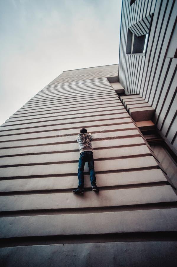 Muchacho del preadolescente en una calle en una ciudad grande al lado de un edificio alto solamente imágenes de archivo libres de regalías