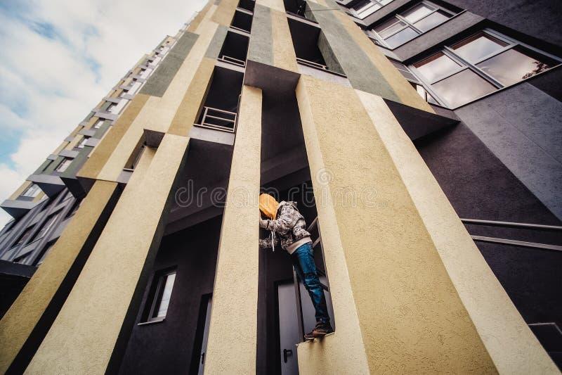 Muchacho del preadolescente en una calle en una ciudad grande al lado de un edificio alto solamente fotografía de archivo libre de regalías