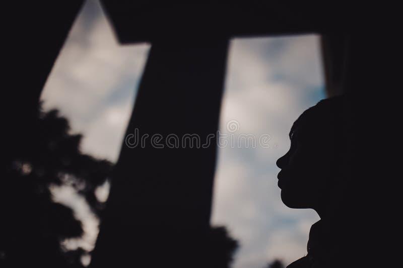 Muchacho del preadolescente en una calle en una ciudad grande al lado de un edificio alto solamente imagen de archivo