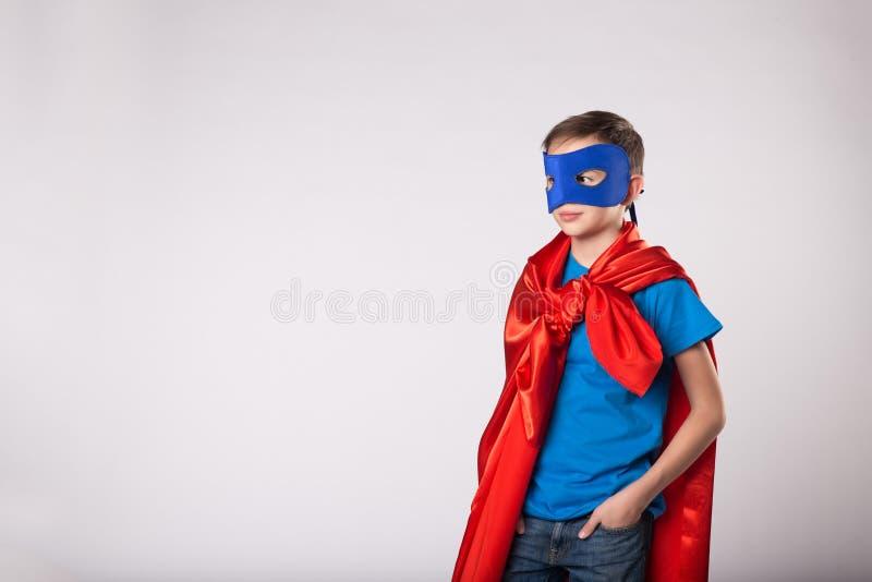 Muchacho del superhéroe en traje del superhombre imagen de archivo libre de regalías