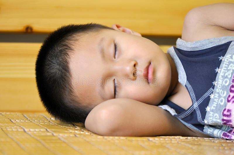 Muchacho durmiente fotografía de archivo