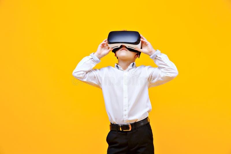 Muchacho emocionado que está en realidad virtual imágenes de archivo libres de regalías