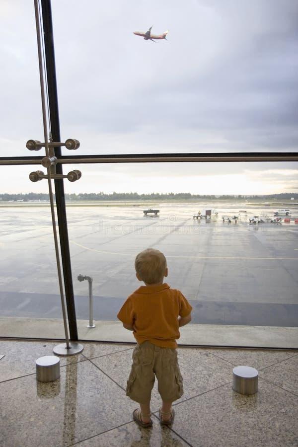 Muchacho en aeropuerto fotografía de archivo libre de regalías