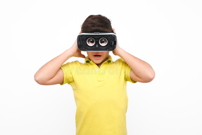 Muchacho en auriculares de VR imagenes de archivo