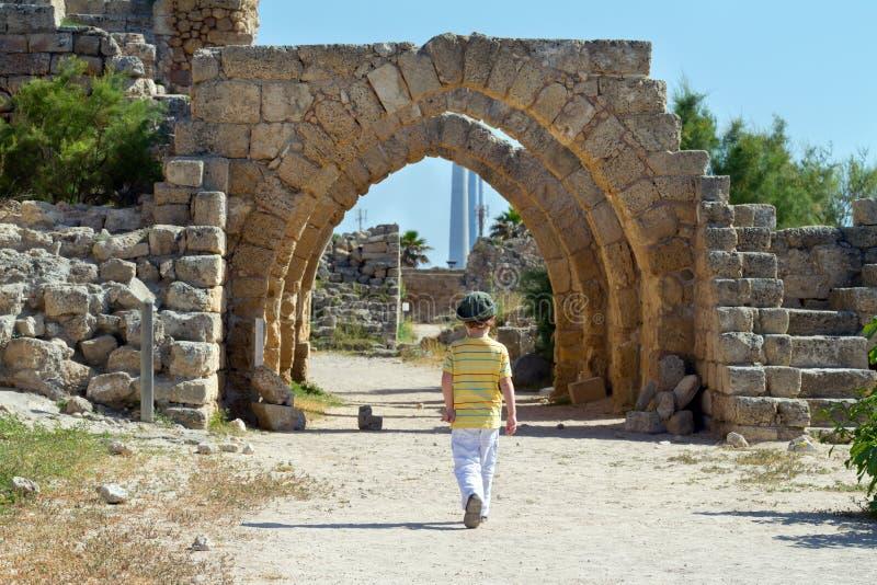Muchacho en Caesarea imagenes de archivo