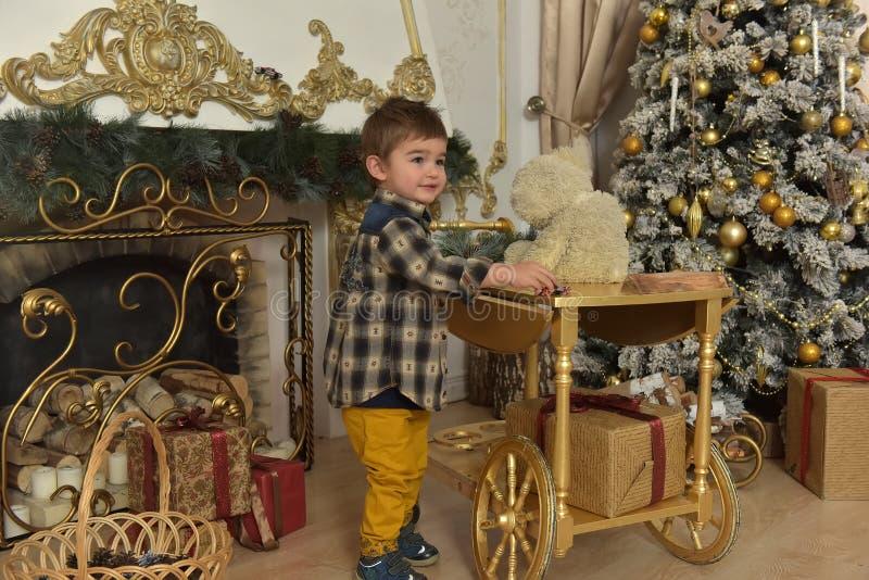 muchacho en camisa a cuadros en la Navidad foto de archivo