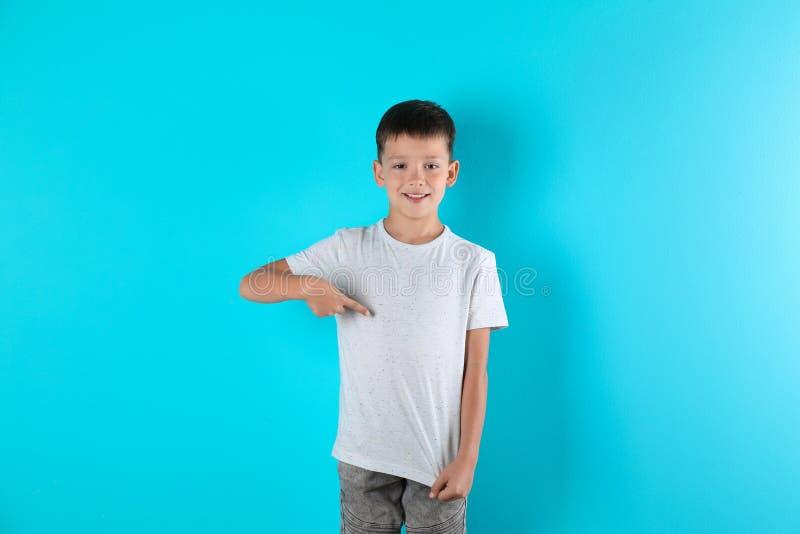 Muchacho en camiseta en fondo del color Maqueta para el diseño fotografía de archivo