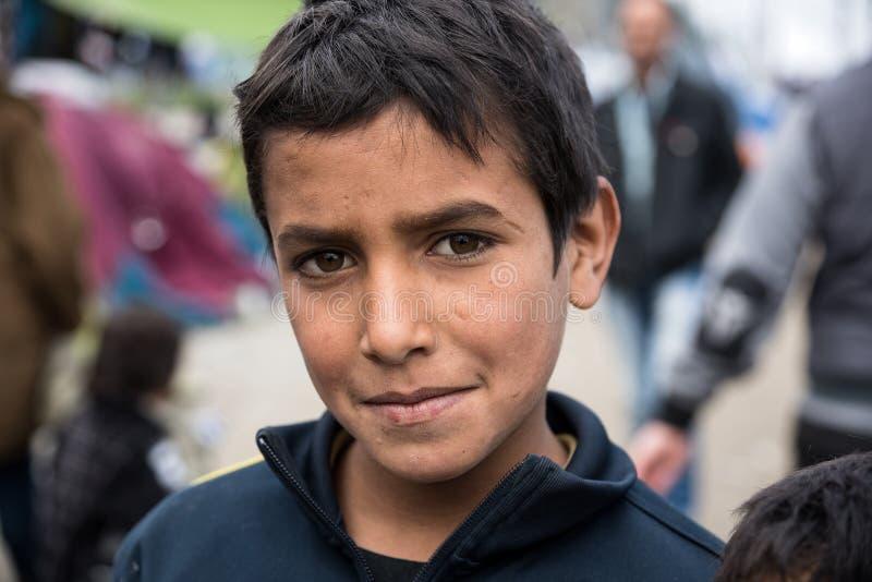 Muchacho en campamento de refugiados en Grecia fotos de archivo