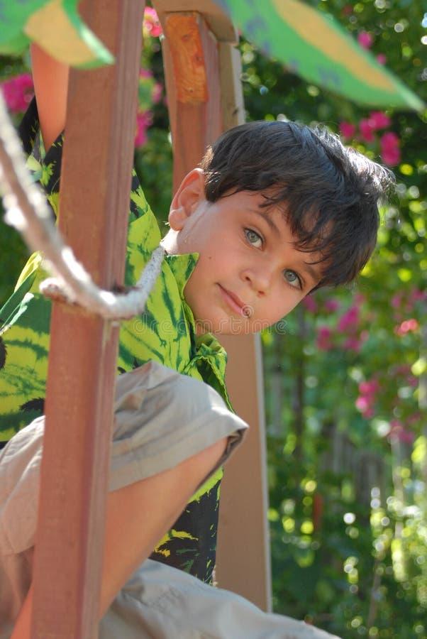 Muchacho en casa de árbol fotografía de archivo