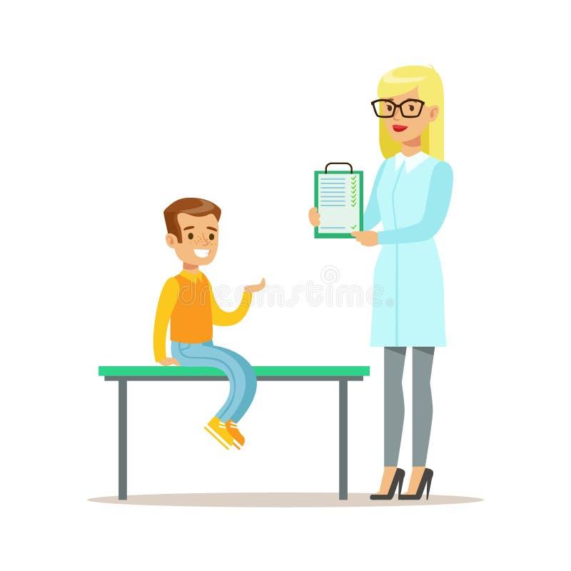 Muchacho en chequeo médico con el doctor de sexo femenino Doing Physical Examination del pediatra con el tablero para el preescol stock de ilustración