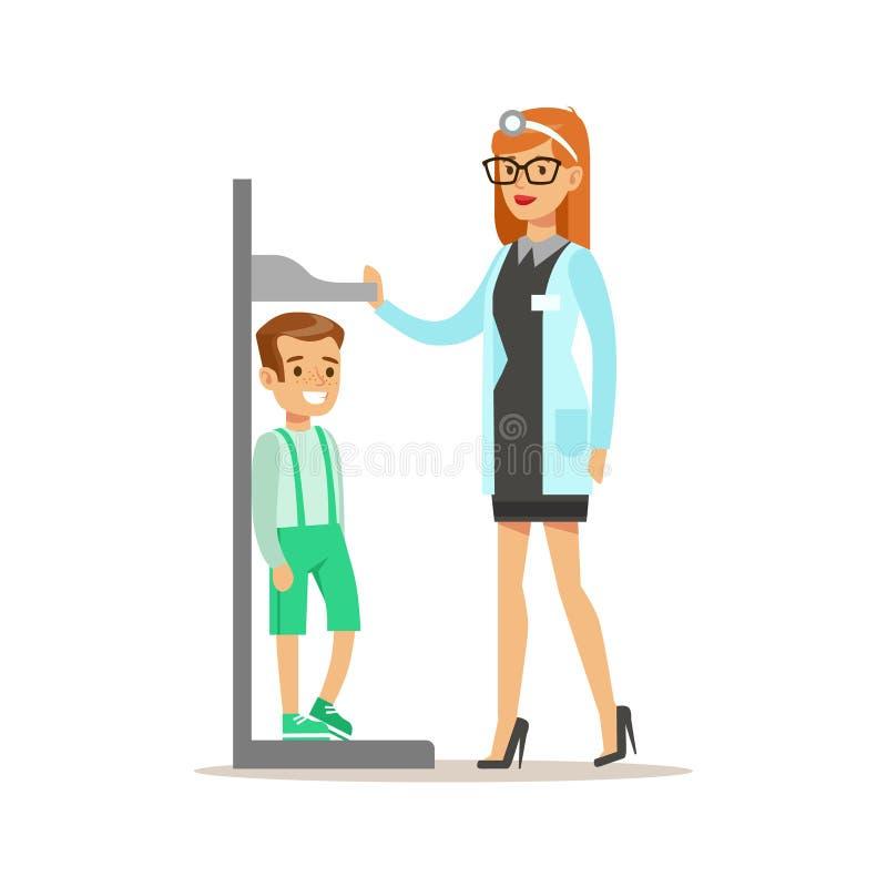 Muchacho en chequeo médico con el doctor de sexo femenino Doing Physical Examination del pediatra que mide sus alturas para pre ilustración del vector