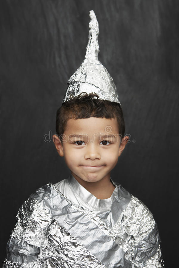 Muchacho en el caballero Costume del papel de aluminio fotos de archivo