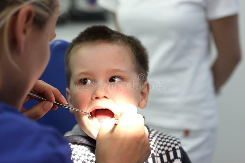 Muchacho en el dentista foto de archivo