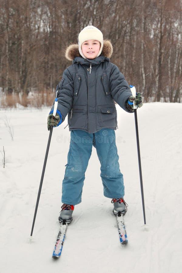 Muchacho en el esquí de la alineada del deporte en el bosque imagen de archivo