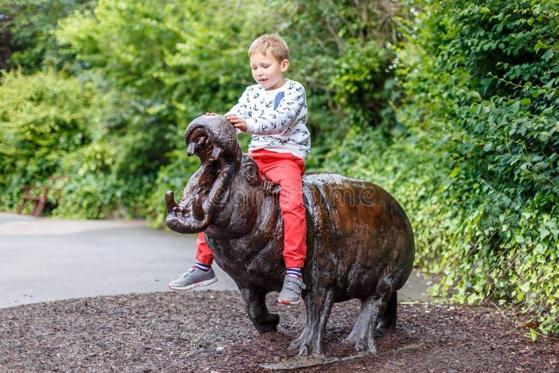 Muchacho en el parque zoológico de Londres imagen de archivo libre de regalías