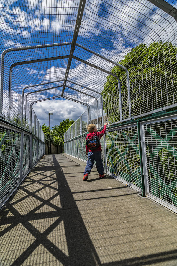 Muchacho en el puente sobre línea ferroviaria fotos de archivo libres de regalías