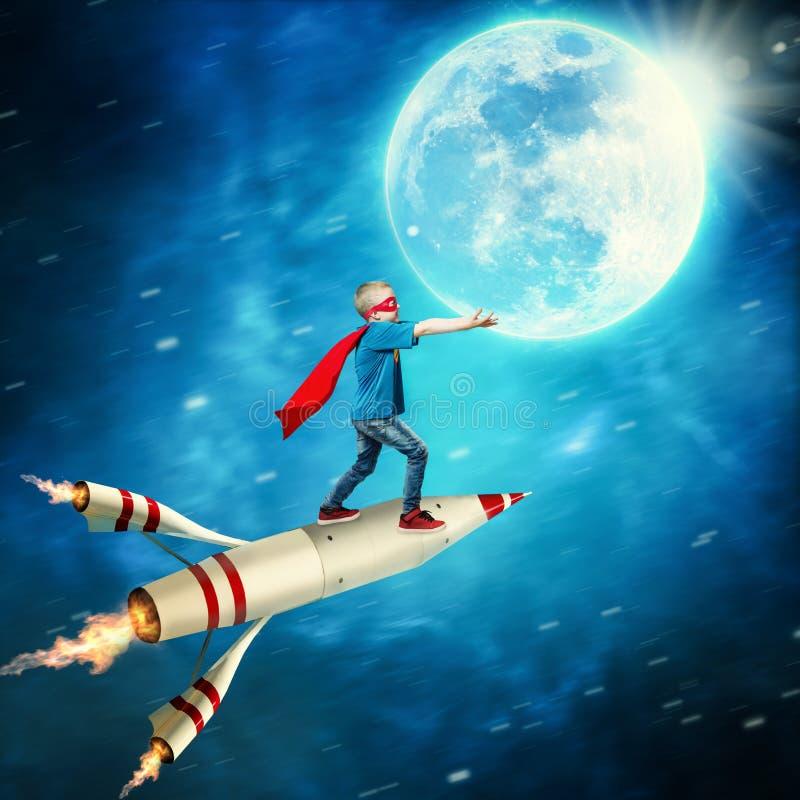 Muchacho en guardia del traje del super héroe el planeta foto de archivo libre de regalías