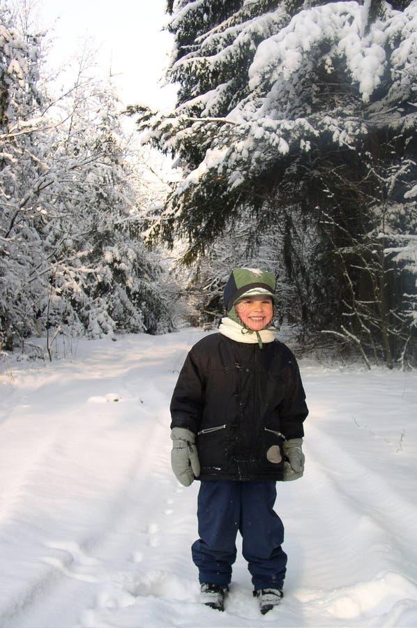 Muchacho en invierno imagenes de archivo