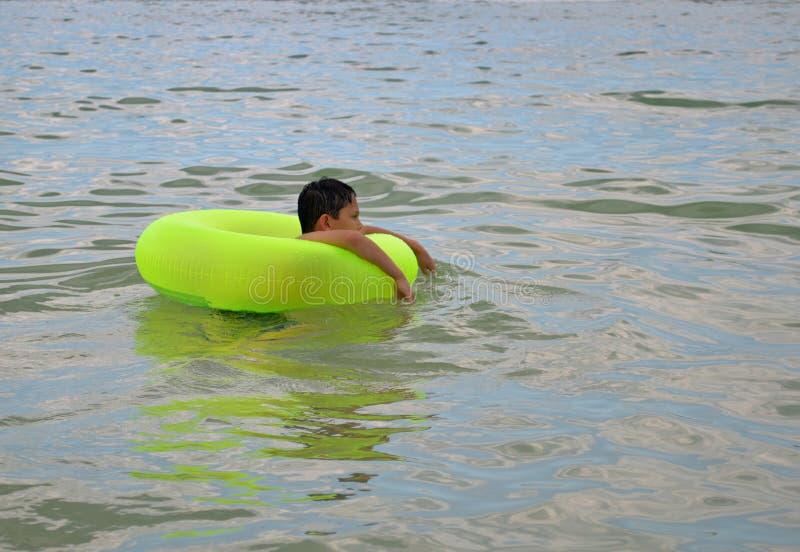 Muchacho en juguete inflable del agua foto de archivo