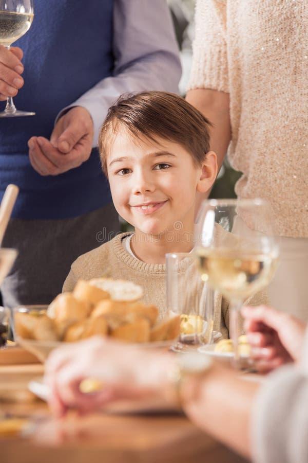 Muchacho en la cena de la familia imagen de archivo libre de regalías